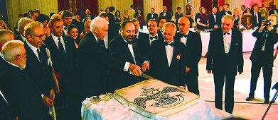 Marii Comandanţii C. Fred Kleinknecht, 33 °, şi Constantin Iancu, 33 °, taie prima felie din tortul sărbătoresc al celei de a zecea aniversare a Ritului Scoţian din România. Foto: Bro. Bogdan Manolache, 30 °
