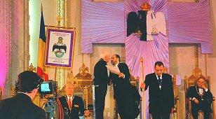 Il.'.F.'. Constantin Iancu, 33°, Suveran Mare Comandor al Supremului Consiliu de Grad 33° din Romania, il intampina pe Marele Comandor Kleinknecht la Orient alaturi de membrii Supremului Consiliu, in timpul celebrarii celei de-a 10 aniversari ale Ritului Scotian Antic si Acceptat in Romania. Il.'.F.'. Dwight A. Hamilton, 33°, Mare Trezorier General si Suveran Mare Inspector General in Colorado, se afla in stanga si in imaginea prezentata de televiziunea romana. Foto: F.'. Dorin Prunariu, 32°