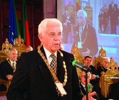 Ill C. Fred Kleinknecht s-a adresat unei multimi de mai bine de 1000 de distinsi francmasoni şi invitati, la a zecea Aniversare a Ritului Scoţian din România. Remarcati ecranul din fundal. Ceremonia coloratului eveniment a fost televizata amanuntit de multi dintre cei prezenti şi de catre televiziunea publicului de larga audienta ( n.a- pe unde a ratacit filmul TVR ca noi nu l-am vazut???). Foto: Bro. Dorin Prunariu, 32 °
