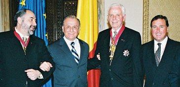 Sefi printre cei ce sărbătoresc a zecea aniversare a  Marii Loje de Rit Scoţian în România au fost de la stg. la dr. (L. la r.) Ill Constantin Iancu, 33 °, SGC, Consiliul Suprem de România; Hon. Ion Iliescu, Preşedintele României; Ill C. Fred Kleinknecht, 33 °, SGC, Consiliul Suprem, 33 °, SJ, SUA; şi Ill Earl E. Ihle, Jr., 33 °, Director de Dezvoltare, Consiliul Suprem, 33 °, SJ Foto: Lucian Tudose