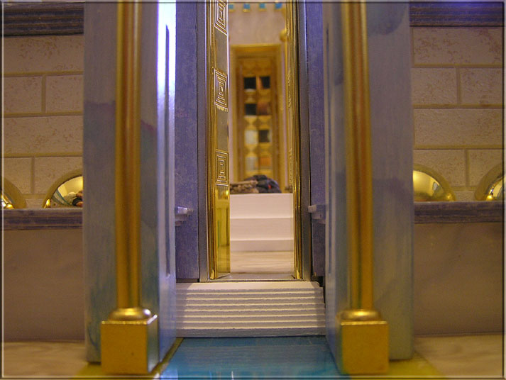 Poarta estica vazuta din interiorul Templului